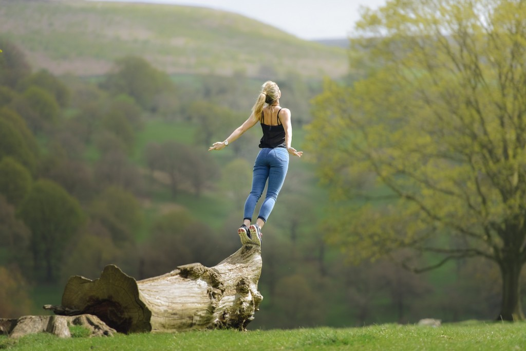 kvinde på træstamme